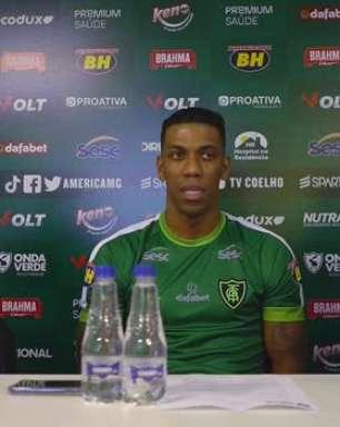 """AMÉRICA-MG: Berrío é apresentado como novo reforço, destaca 'expectativa alta' em vestir a camisa do clube e garante: """"Tenho certeza que vou encontrar meu bom futebol"""""""