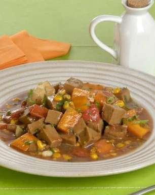 Receita fácil de picadinho de carne de soja e legumes