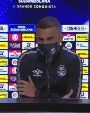 """GRÊMIO: Alisson vê equipe prejudicada por Árbitro de Vídeo ao marcar pênalti para a LDU: """"Inventou"""""""