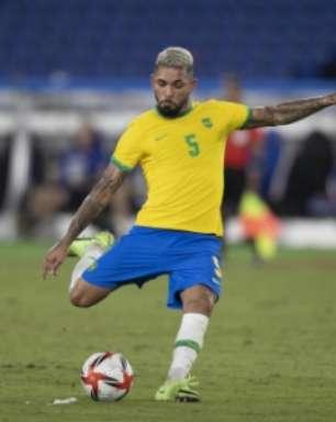 Substituto de Casemiro, Douglas Luiz se apresenta à Seleção