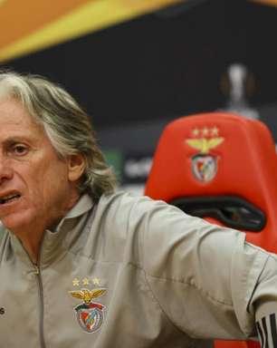 Jorge Jesus faz aniversário e é festejado antes de treino no Benfica