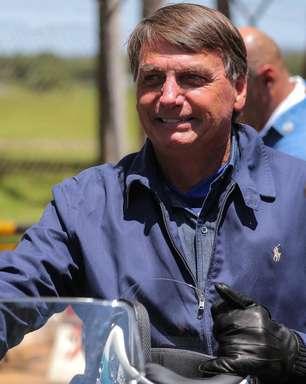 Sem máscara, Bolsonaro passeia de moto com Braga Netto