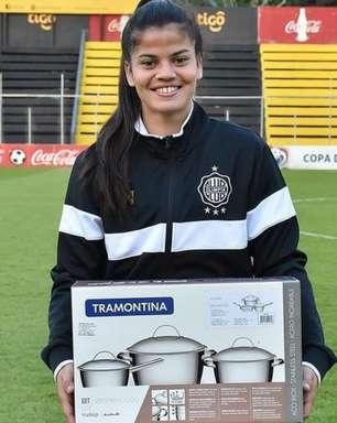 Conjunto de panelas como 'prêmio machista' à jogadora causa indignação no Paraguai