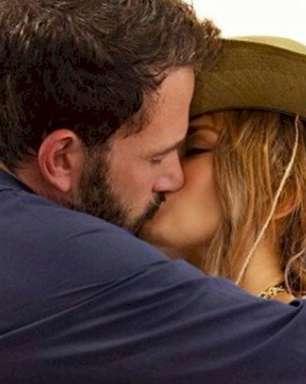 Jennifer Lopez assume namoro com Ben Affleck e divulgam beijo na internet