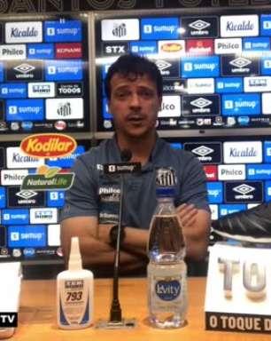 """SANTOS: Diniz exalta Sanchez após jogador se tornar o maior artilheiro estrangeiro do clube: """"Um presente pra ele e um presente pro clube"""""""