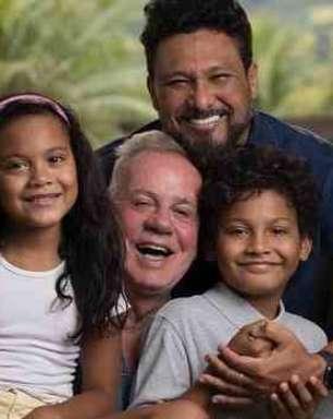 Luiz Fernando Guimarães posta clique com filhos e marido e faz declaração