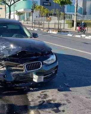 Motorista de BMW bate em outro carro, fere idoso e foge