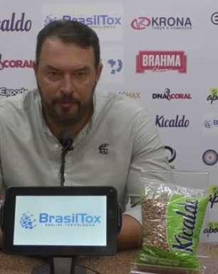 """SANTA CRUZ: Roberto Fernandes justifica escolha de encarar o Manaus com apenas um volante e analisa derrota em casa: """"Resultado é uma coisa, desempenho é outra"""""""