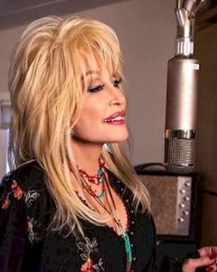 Dolly Parton usará royalties do cover de Whitney Houston a favor da causa negra