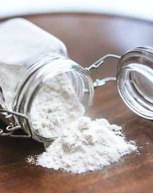 Bicarbonato clareia os dentes? Prática pode ser nociva
