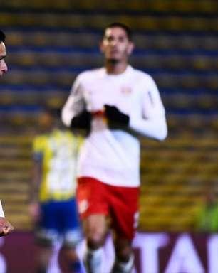 Artur faz 3 gols, e Bragantino bate Rosario na Sul-Americana