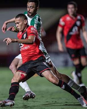 Atlético-GO marca nos acréscimos e empata com a Chape