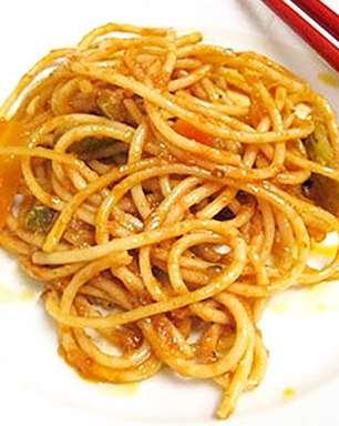 Espaguete com molho de anchovas e tomates