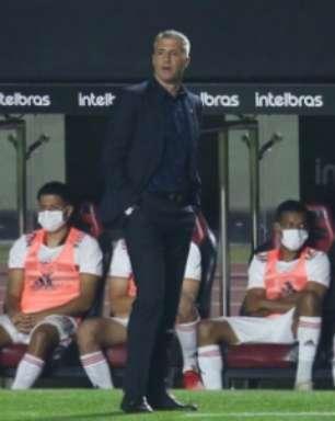 Crespo evita falar sobre falha de Tiago Volpi após empate
