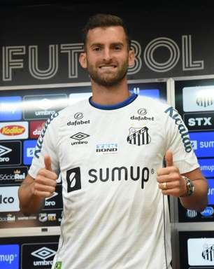 Léo Baptistão veste a camisa 9 do Santos e elogia Diniz