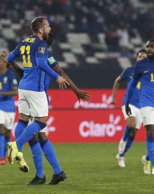 Brasil sofre, mas bate Chile e segue 100% nas Eliminatórias