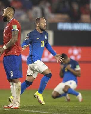 """VAR: Vidal """"se deixa cair"""" em lance de possível pênalti"""