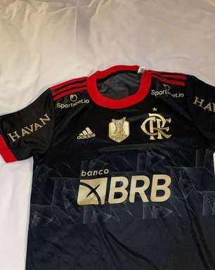 """Gerson é presenteado com camisa do Flamengo: """"te amo"""""""