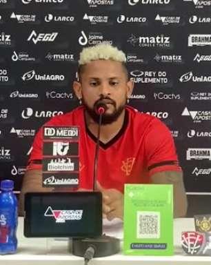 """VITÓRIA: Roberto destaca evolução da equipe e vê chegada de Wagner Lopes como fator para o reencontro dos bons resultados: """"Veio para somar"""""""