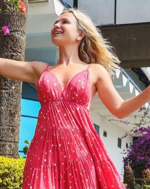 De cara lavada, Eliana repete vestido longo, leve e alegre