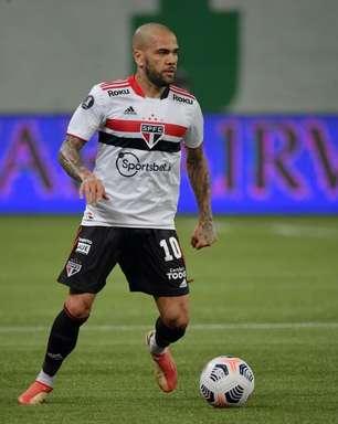 Flamengo faz contato por Daniel Alves, diz site