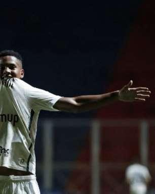 Ângelo se destaca e acirra disputa pela vaga do suspenso Lucas Braga