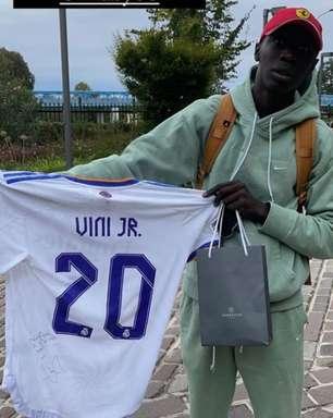 Vinícius Jr. dá camisa autografa do Real Madrid a senegalês estrela nas redes sociais
