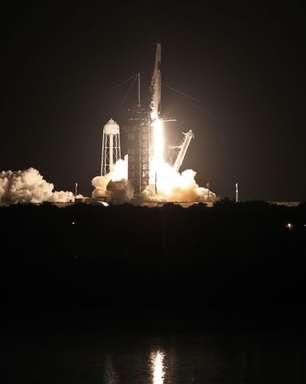 Primeira tripulação civil entra em órbita a bordo da espaçonave da SpaceX