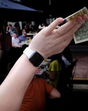 Dólar sobe com exterior e persistentes ruídos locais