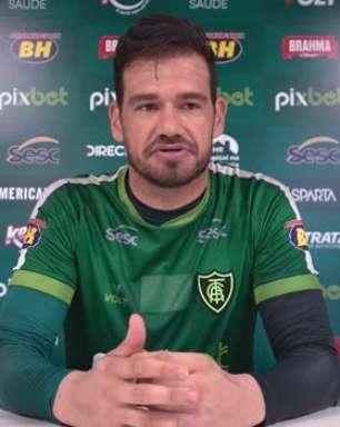 """AMÉRICA-MG: Matheus Cavichioli exalta boas exibições da equipe antes de partida contra o Corinthians: """"Toda vez que nos entregamos mais em campo, conseguimos fazer boas apresentações"""""""