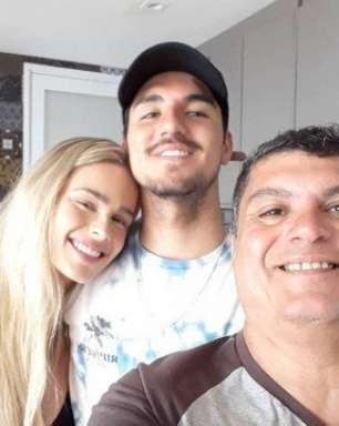 Gabriel Medina manda recado ao pai, ignora mãe e padrasto