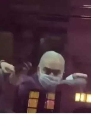 Queiroga se irrita e faz gesto obsceno para manifestantes