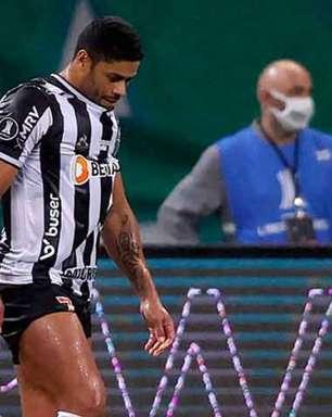 Leila Pereira posta foto abraçada em trave 'milagrosa' de Palmeiras e Atlético; web brinca: 'Craque do jogo'