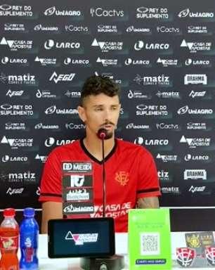 """VITÓRIA: Manoel garante confiança para levar a equipe de volta ao caminho dos gols e destaca onde prefere jogar: """"Do meio pra frente me sinto bem"""""""
