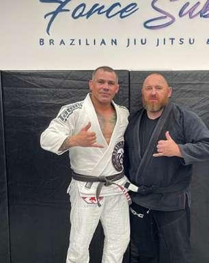 Formador de atletas no Reino Unido recebe faixa-preta de Jiu-Jitsu das mãos de professor brasileiro