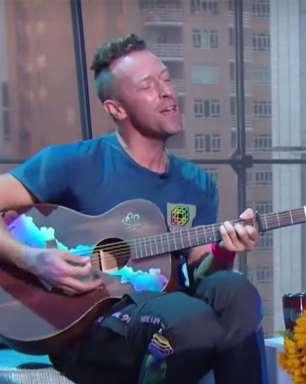 """Chris Martin entrega performance de """"My Universe"""" com versos em coreano"""