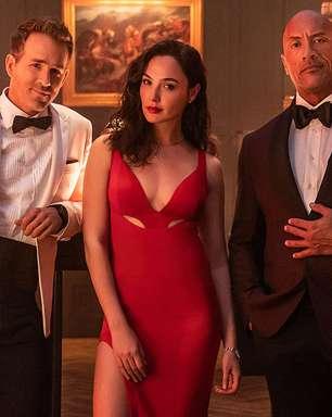 """Gal Gadot dá surra em Dwayne Johnson e Ryan Reynolds em cena de """"Alerta Vermelho"""""""