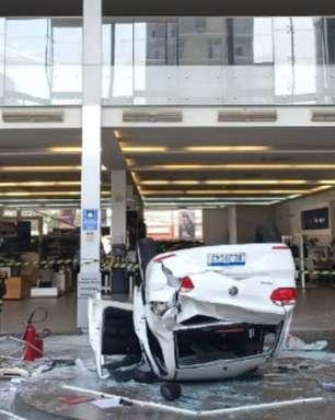 Carro despenca de concessionária em SP e deixa feridos