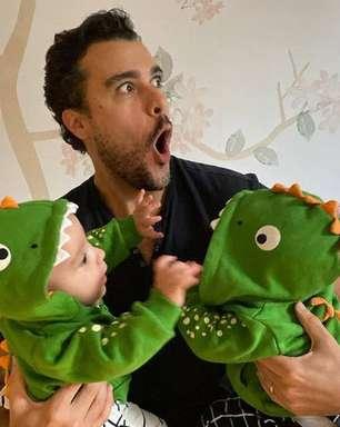 Joaquim Lopes posta foto das gêmeas fantasiadas de dinossauro