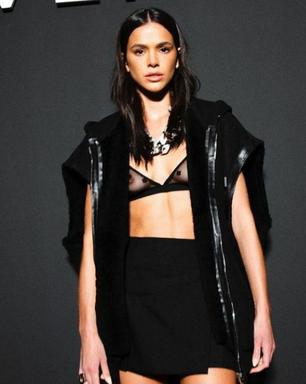Bruna Marquezine usa looks com transparências reveladoras em Paris