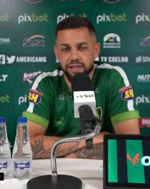 """AMÉRICA-MG: Felipe Azevedo pede a 'intensidade' do jogo contra o Flamengo, para enfrentar o Palmeiras: """"Não podemos desistir do jogo"""""""