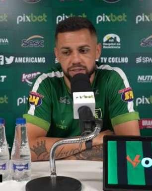 """AMÉRICA-MG: """"Todo mundo olha diferente pro América"""", comenta Felipe Azevedo ao falar da evolução da equipe no Brasileiro"""