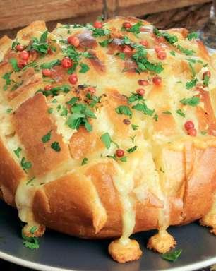 Pão gratinado com queijo: opção fácil e saborosa para o frio