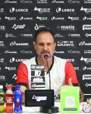 """VITÓRIA: Wagner Lopes lamenta elenco inchado com muito jogadores: """"Fica difícil você dar a atenção necessária e justa para todos atletas"""""""