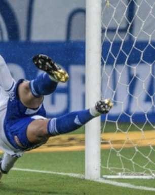 Fábio pega 34ª penalidade pelo Cruzeiro na vitória sobre o Coritiba