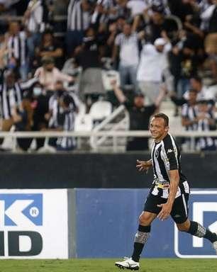 Carlinhos celebra vitória do Botafogo em duelo decisivo e elogia torcida: 'Lutou com a gente até o final'