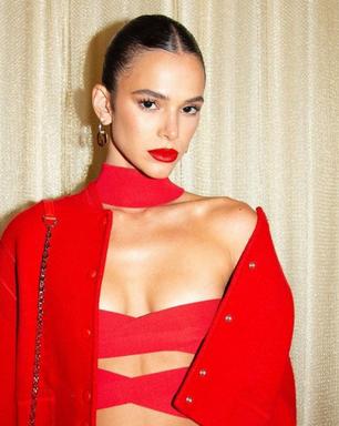 Lady in red: Bruna usa vermelho dos pés à cabeça em Paris