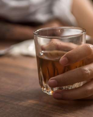 Por que algumas pessoas ficam dependentes do álcool e outras não?