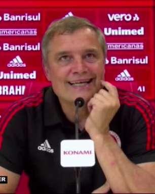 """INTERNACIONAL: Sorriso de orelha a orelha! Aguirre demonstra carinho por Yuri Alberto e revela conversa com filho sobre futuro do jogador: """"Milan, Inglaterra"""""""
