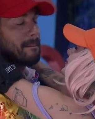 A Fazenda 2021: Lary Bottino tenta beijar Bil Araújo, que a rejeita